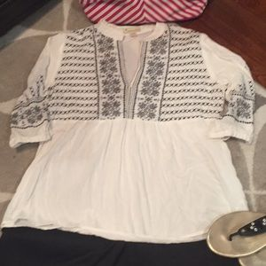 Very pretty blank and white top